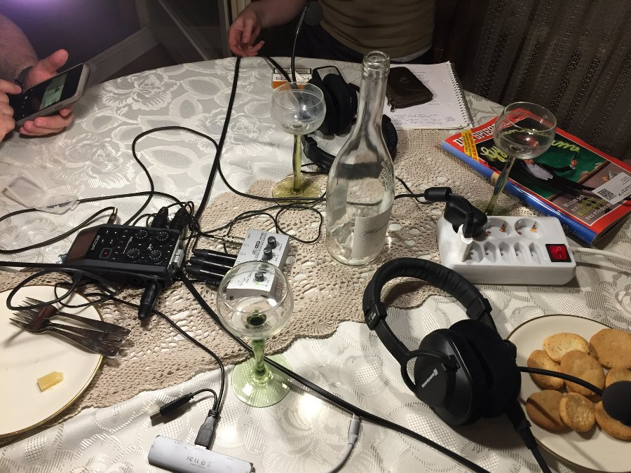 tisch mit podcast-equipment